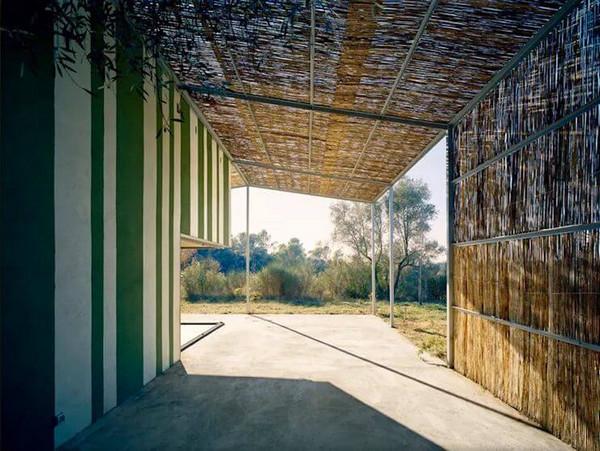 Mái hiên nhà phố đẹp bằng gỗ vụn và khung sắt
