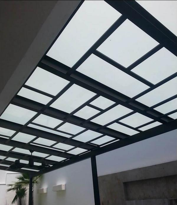 Mái hiên nhà phố đẹp ốp kính với bộ khung thép độc đáo