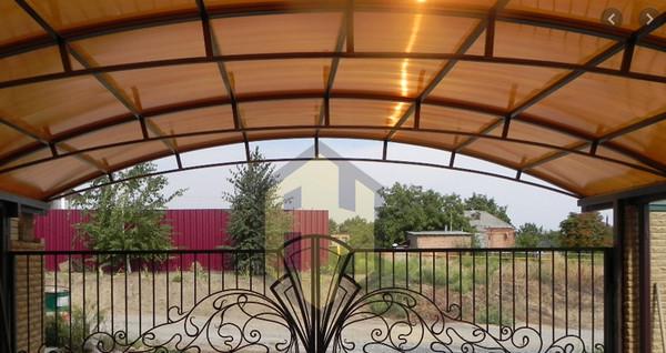 Mái hiên vòm ở lối đi vào ngôi nhà
