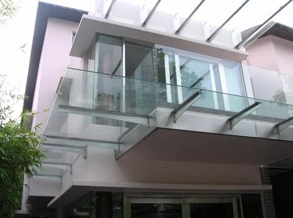 Mái kính hiên nhà dọc hành lang đi bộ