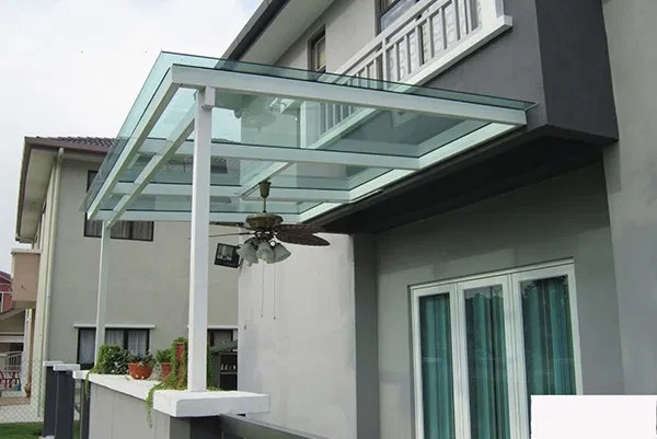 Mái kính hiên nhà bằng phẳng khung sắt