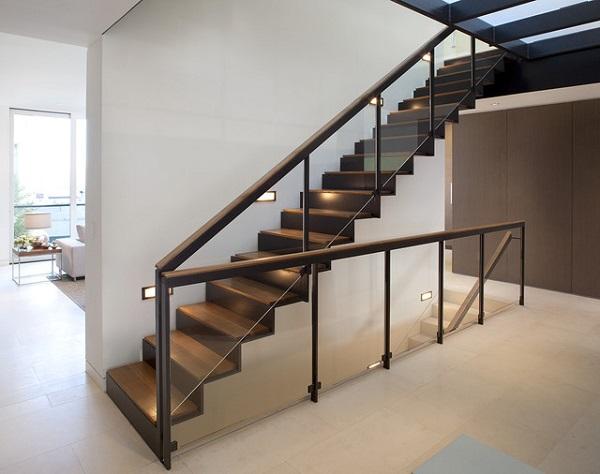 Mẫu tay vịn cầu thang kính bằng gỗ đẹp, sang trọng cho nhà biệt thự