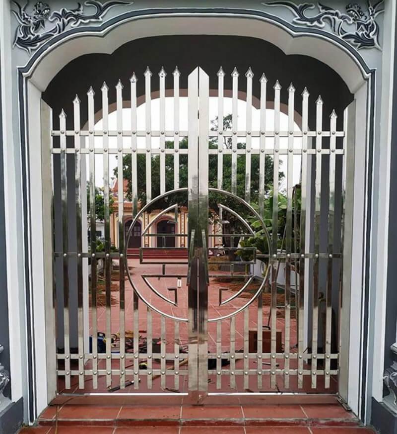 Kiểu cổng nhà inox sang trọng