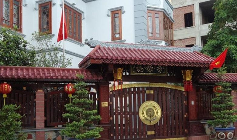 Cổng nhà cổ 2 cánh bằng gỗ sang trọng