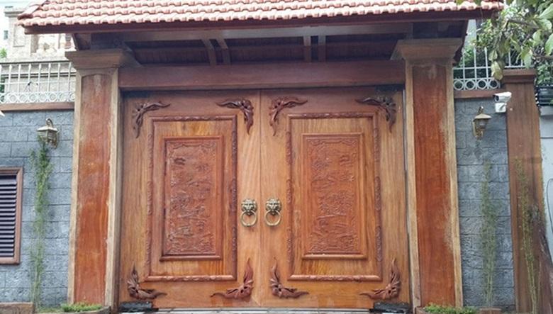 Cổng nhà cổ 2 cánh bằng gỗ kín mái vòm lợp ngoái âm dương
