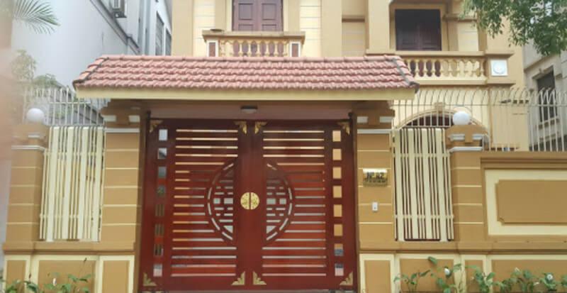 Cổng nhà gỗ 2 cánh màu nâu đẹp