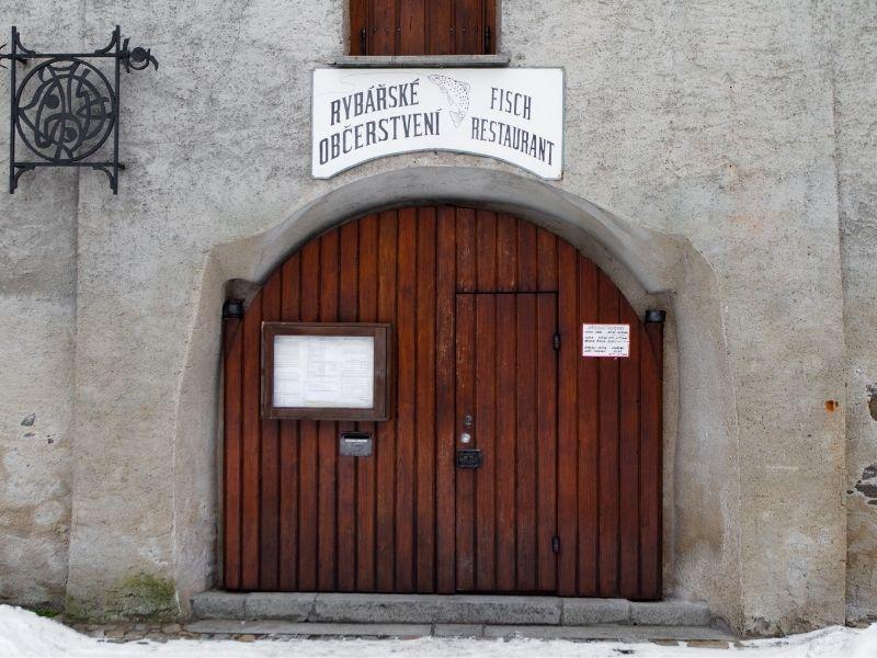 Mẫu cổng nhà hàng đẹp bằng gỗ