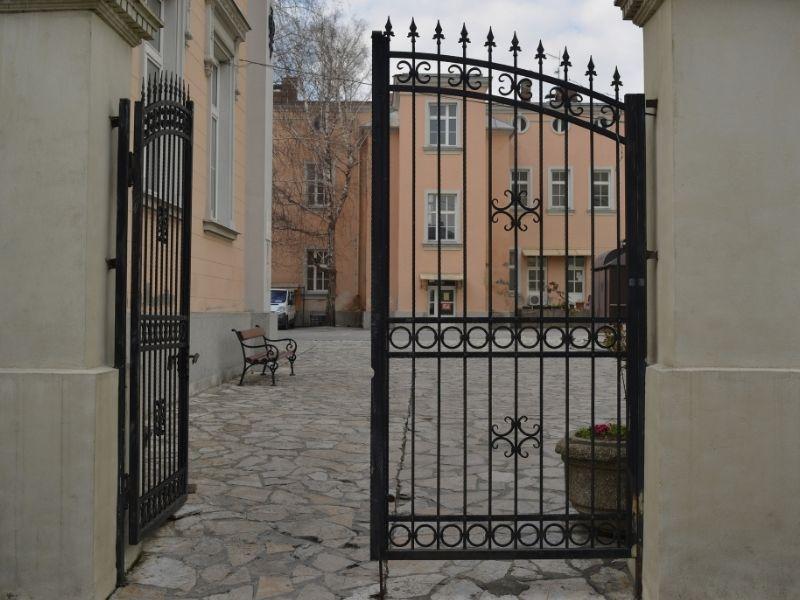 Mẫu cổng nhà hàng đơn giản