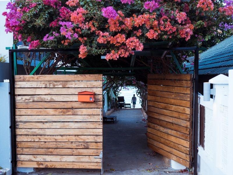 Mẫu cổng nhà hàng, khách sạn bằng gỗ đẹp