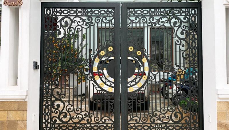 Cổng nhà bằng thép CNC họa văn tinh xảo
