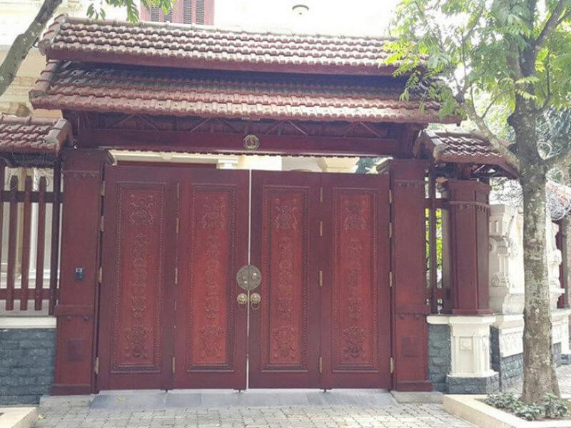 Mẫu cổng nhà tân cổ điển với mái ngói 2 tầng