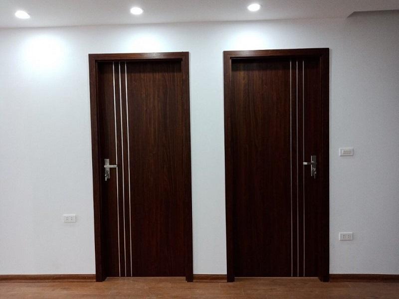 Mẫu cửa phòng ngủ giả gỗ với gam màu nâu đen – màu sắc mang lại sự ấm cúng, dễ vệ sinh lau chùi, ít bám bụi