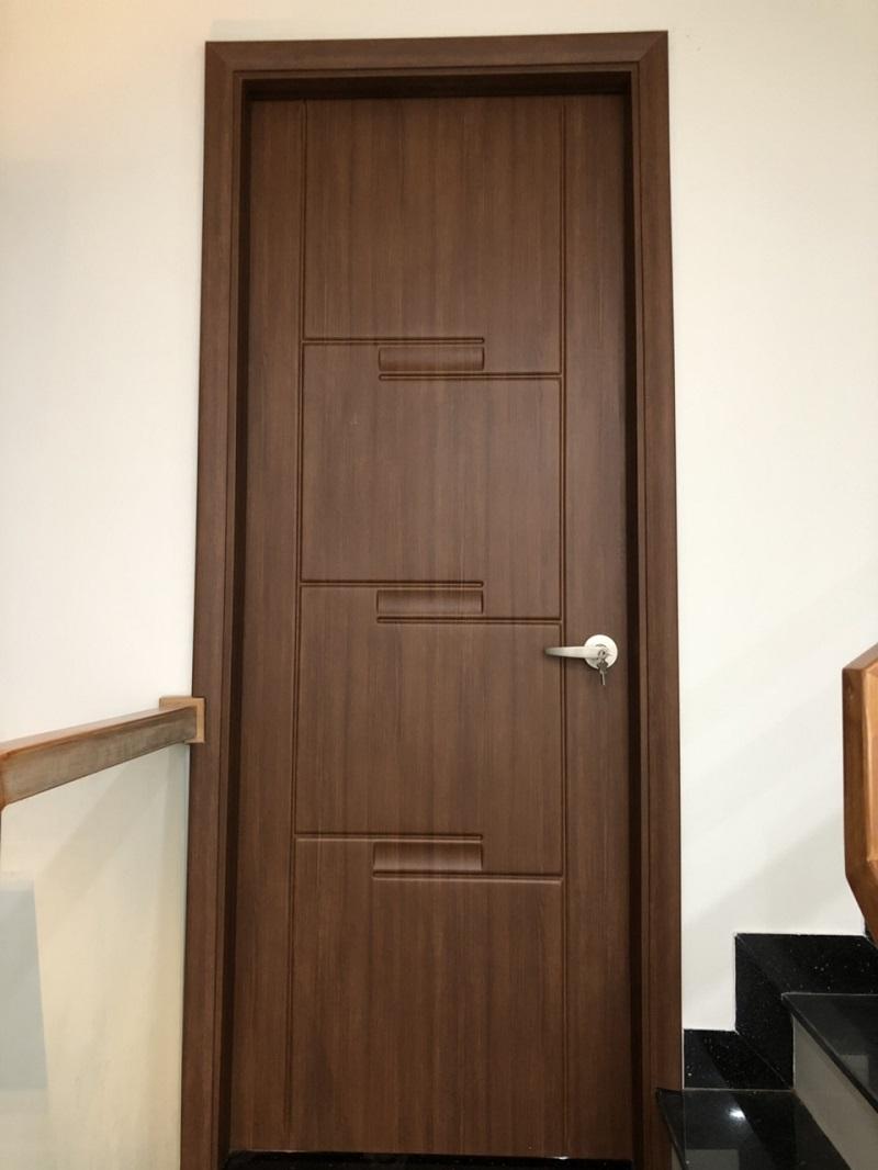 Mẫu cửa phòng ngủ nhôm giả gỗ với các màu sắc cổ điển, như gỗ thật và cực kì thu hút người khác giúp ngôi nhà có vẻ đẹp sang trọng hơn