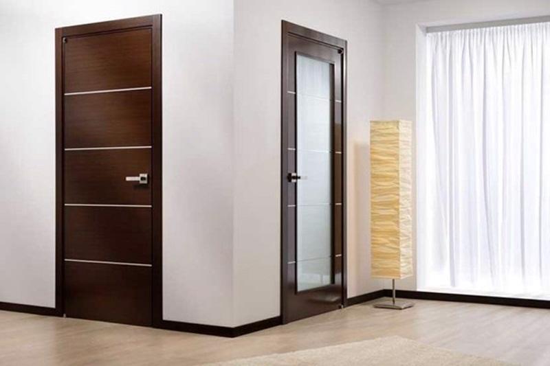 Mẫu cửa giả gỗ màu nâu với sọc kẻ lạ mắt phù hợp cho những ngôi nhà có thiết kể trẻ trung