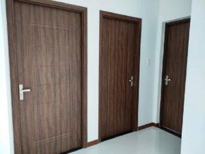 Mẫu cửa giả gỗ có họa tiết vân gỗ như gỗ thật rất khó thể nhìn ra đây chỉ là cửa nhôm giả gỗ
