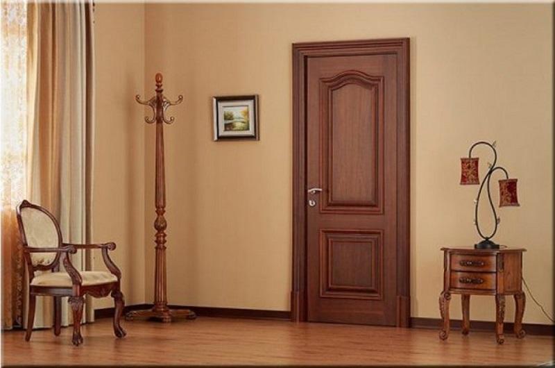 Mẫu cửa nhôm giả gỗ phù hợp với các ngôi nhà có kiến trúc theo lối cỗ điển, dùng cửa nhôm thay thế cửa gỗ vừa tiết kiệm chi phí vừa không đánh mất vẻ đẹp tổng thể của ngôi nhà