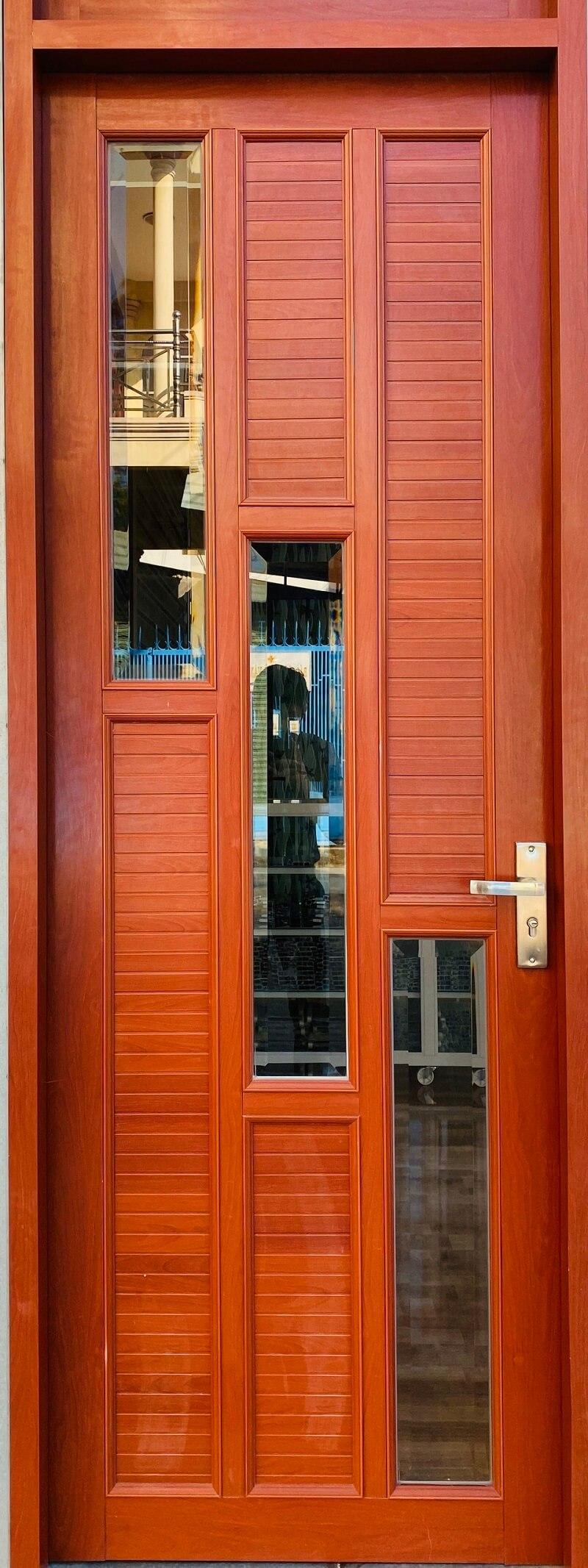 Cửa nhôm hệ 1000 chia ô màu vân gỗ cổ điển, sang trọng