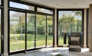 Cửa kết hợp với vách kính nhôm xingfa màu đen với thiết kế đơn giản mang đến sự thông thoáng cho ngôi nhà