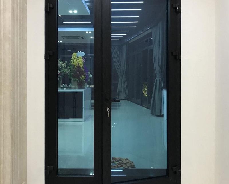 Cửa nhôm xingfa màu đen phối với kính màu