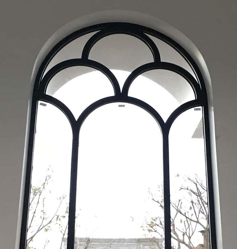 Cửa nhôm kính xingfa mái vòm màu đen độc đáo