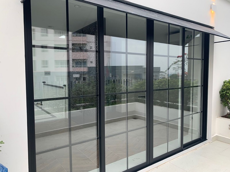 Mẫu cửa nhôm kính xingfa màu đen chia ô đẹp, hiện đại