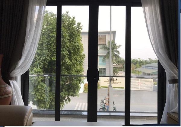 Cửa nhôm kính xingfa màu đen kết hợp với rèm trắng cho ban công