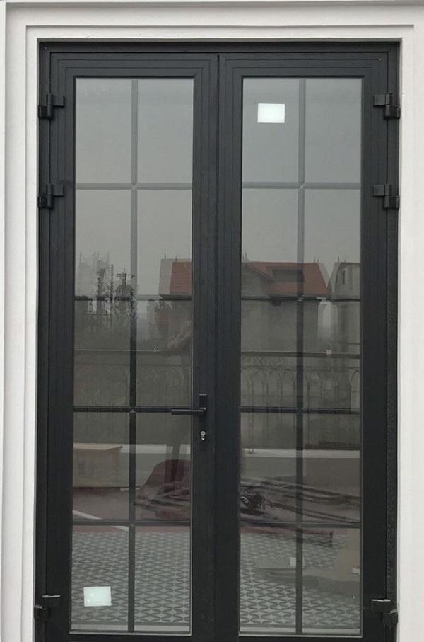 Mẫu cửa nhôm kính xingfa chia ô màu đen