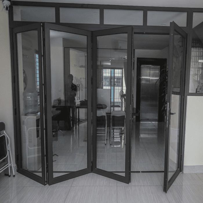 Mẫu cửa nhôm kính xingfa màu đen xếp trượt