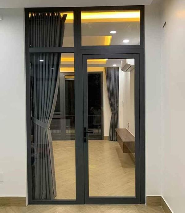 Cửa nhôm kính xingfa màu đen kết hợp với rèm cùng tông màu
