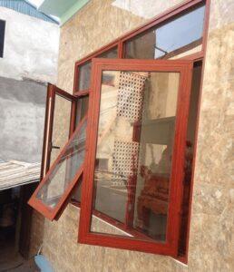 Mẫu cửa sổ lùa nhôm kính giả gỗ thoáng mát, hiện đại