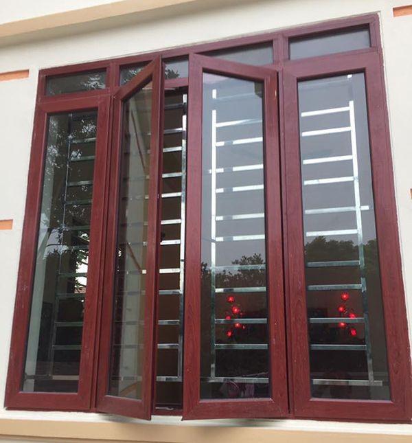 Mẫu cửa sổ nhôm kính giả gỗ màu đỏ hung lạ mắt