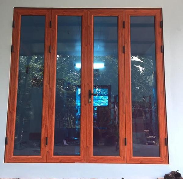 Mẫu cửa sổ nhôm kính 4 cánh giả gỗ an toàn