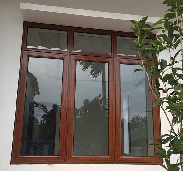 Mẫu cửa sổ nhôm kính giả gỗ 3 cánh đơn giản