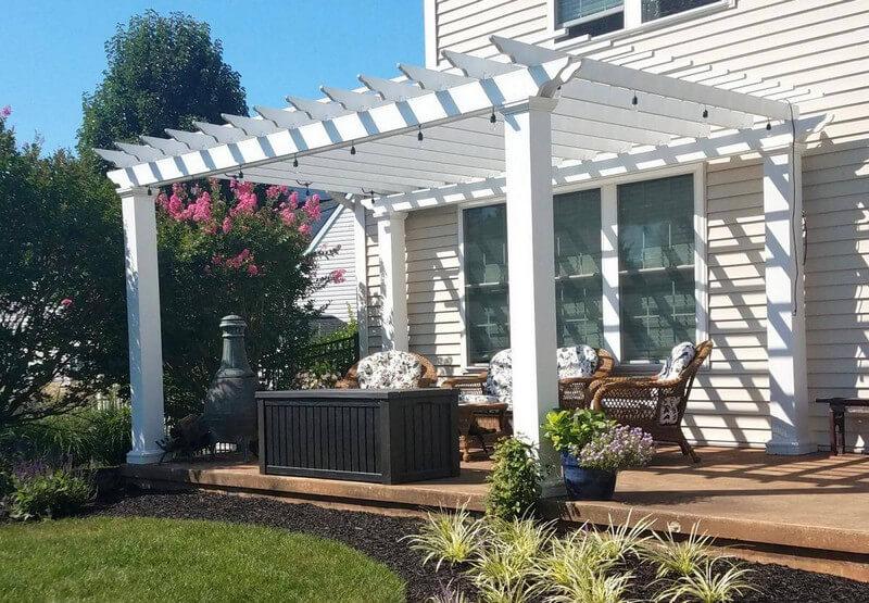 Mái hiên bằng gỗ màu trắng villa