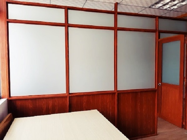 Vách ngăn nhôm giả gỗ văn phòng đơn giản