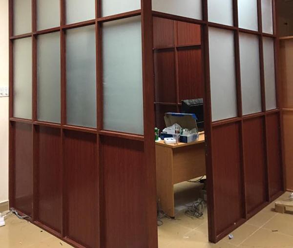 Vách ngăn nhôm kính giả gỗ văn phòng tiết kiệm không gian