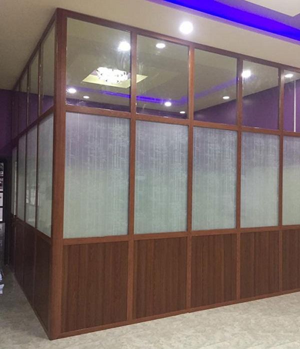Vách ngăn nhôm kính giả gỗ văn phòng kín đáo, phù hợp cho các phòng họp