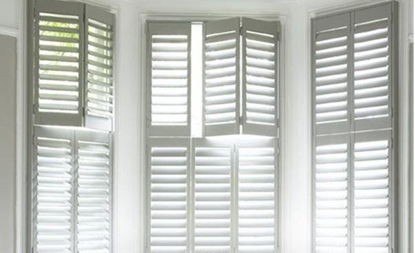 Mẫu cửa sổ nhôm chớp lập màu trắng