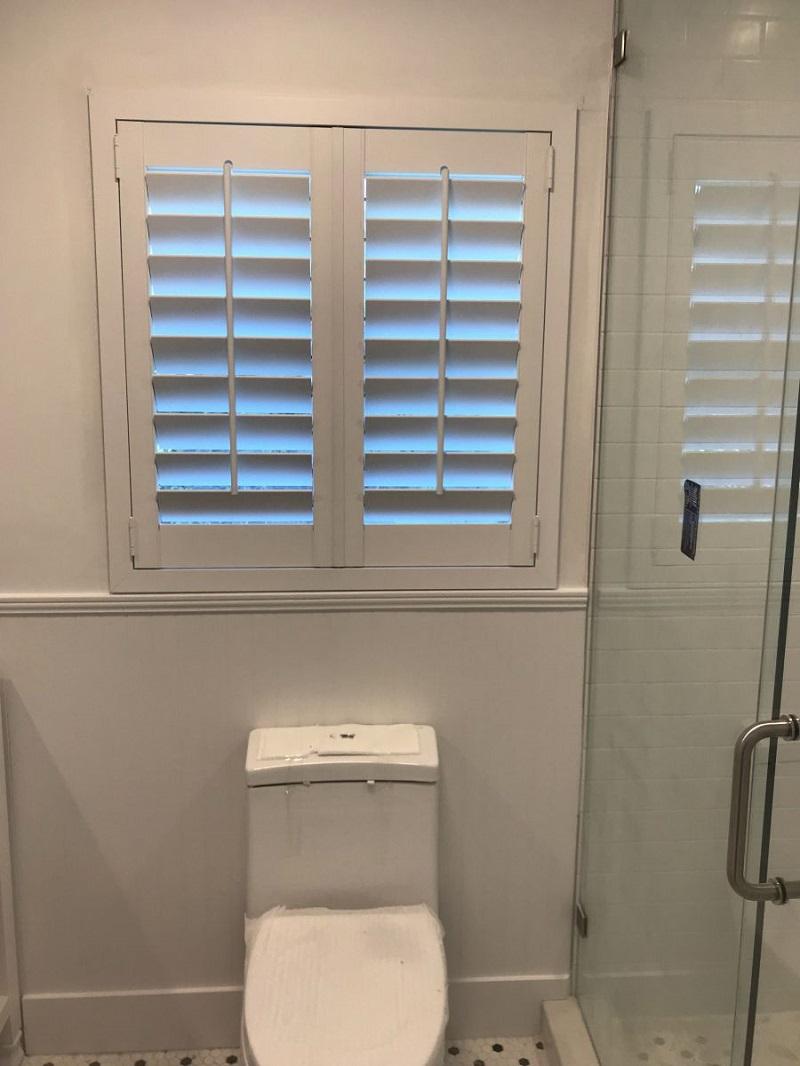 Cửa chớp lật cố định cho nhà vệ sinh