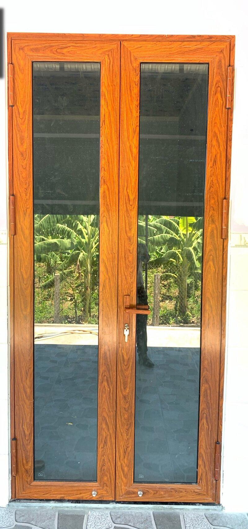 Mẫu cửa đi nhôm EuroVN 2 cánh giả gỗ