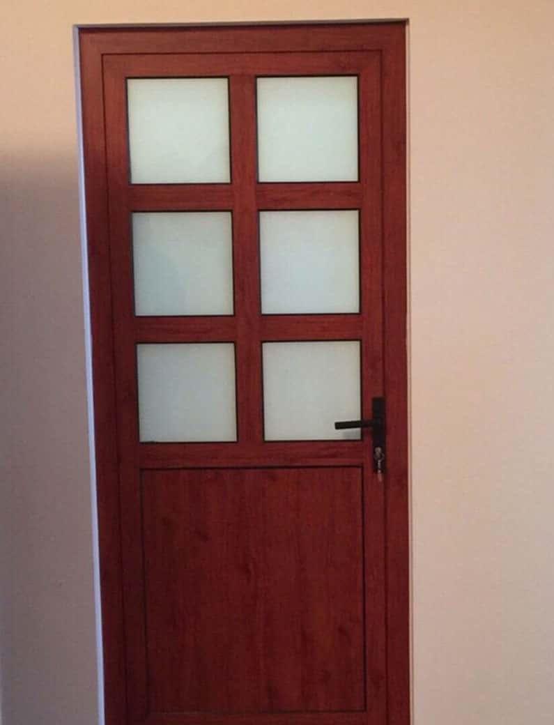 Mẫu cửa nhôm xingfa kính mờ chia ô giả gỗ