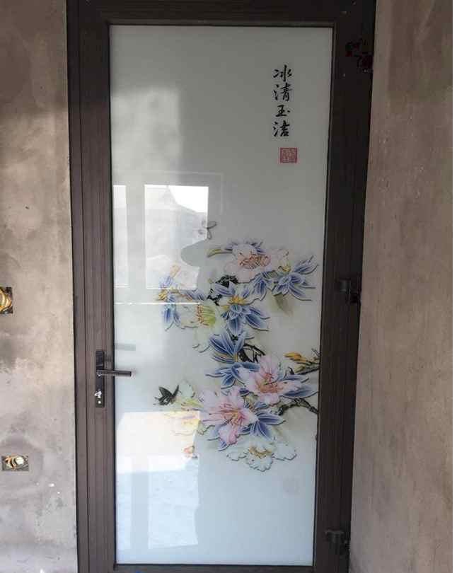 Mẫu cửa nhôm xingfa kính mờ với hoạ tiết hoa trên kính độc đáo