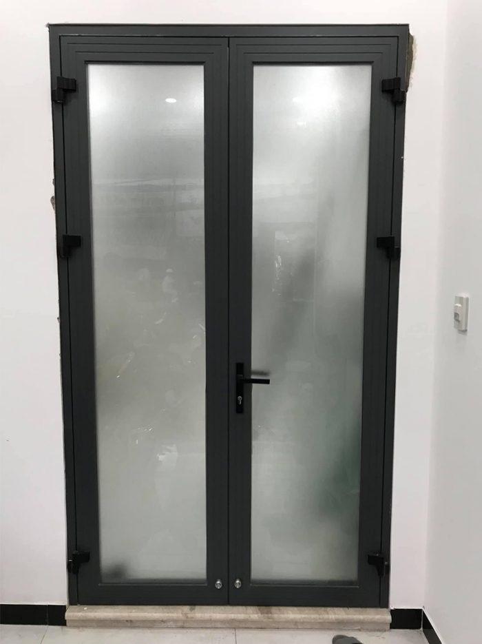 Mẫu cửa nhôm xingfa kính mờ 2 cánh đơn giản