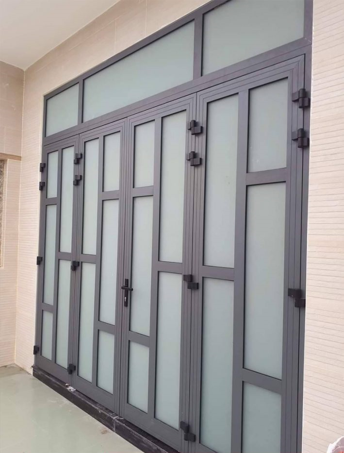 Mẫu cửa nhôm xingfa kính mờ chia ô an toàn, bền bỉ
