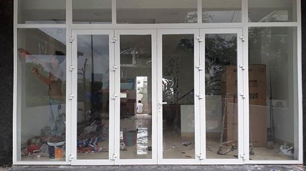 Mẫu cửa nhôm xingfa màu trắng trước nhà nổi bật