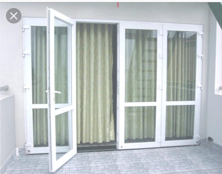 Mẫu cửa nhôm xingfa màu trắng kết hợp với rèm che