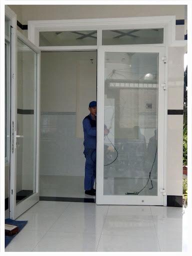 Mẫu cửa nhôm xingfa màu trắng 2 cánh đơn giản