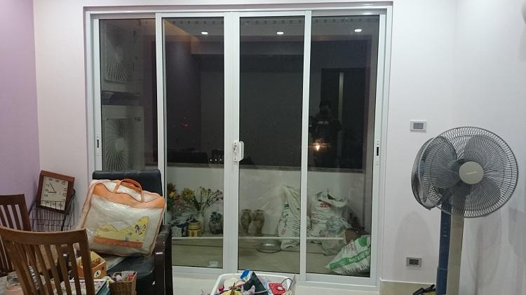 Mẫu cửa nhôm xingfa màu trắng cho ban công