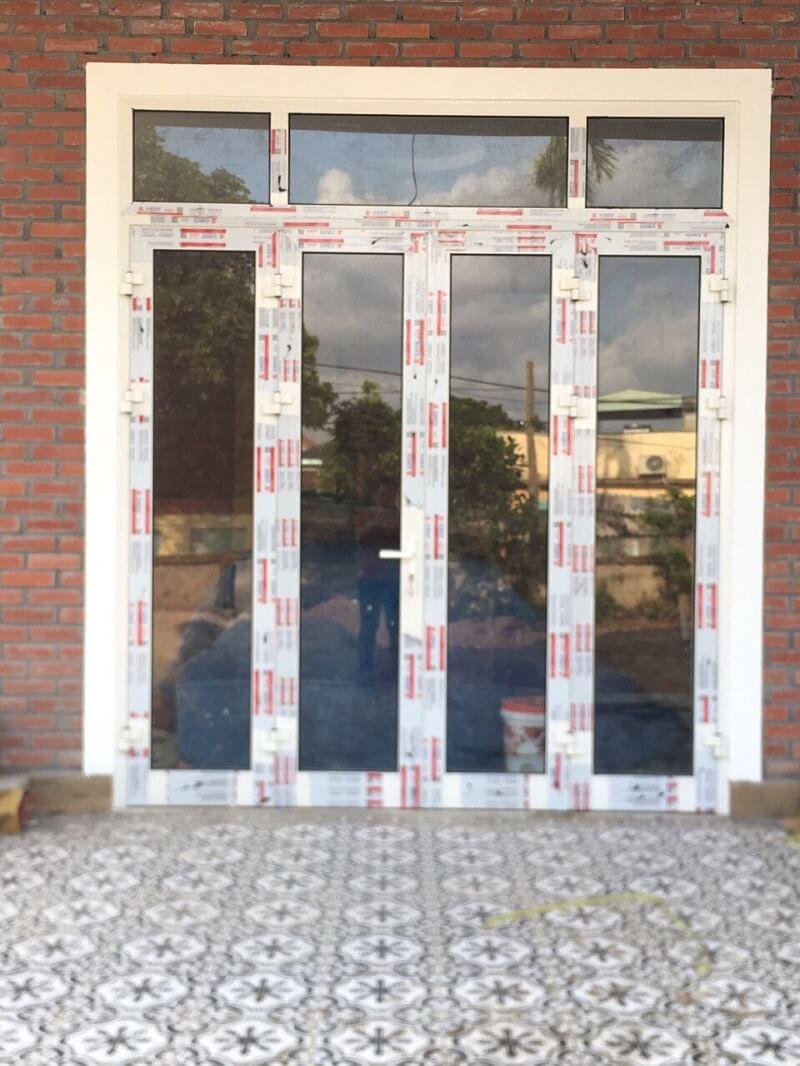 Mẫu cửa nhôm xingfa màu trắng 4 cánh trước nhà đẹp
