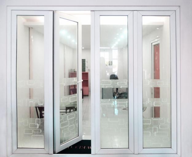 Mẫu cửa nhôm xingfa đẹp màu trắng 4 cánh an toàn